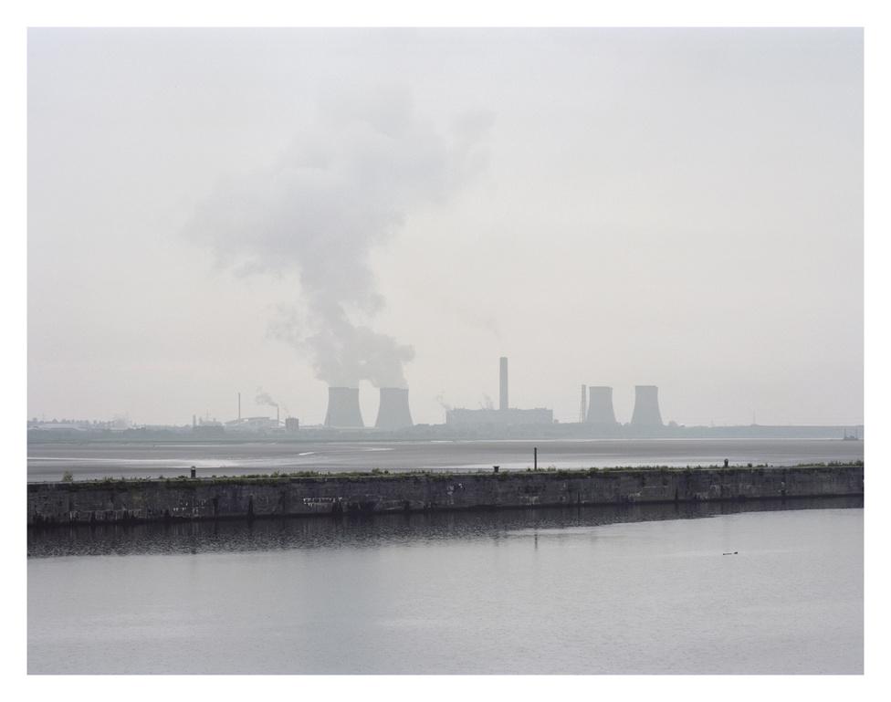 Manchester hajókanális, a Mersey folyó tölcsértorkolatának túloldalán pedig egy olajfinomító és hőerőmő. Az 1887-ben épült kanálist még ma is használják tengeri szállítóhajók.