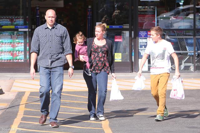 Brooklyn Beckham a testőrrel, a húgával és annak bébiszitterével távozik a Rite Aidtől