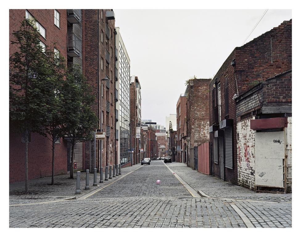 Henry Street - Suffolk Street, Liverpool, Anglia.                          A kikötőktől a parton befelé raktárépületek tömege található. Egy részük elhagyatott, néhányat átalakítottak vagy modernizáltak irodaházzá és lakásokká. Liverpool az egyik legmozgalmasabban fejlődő város ma az észak-angliai városok közül.
