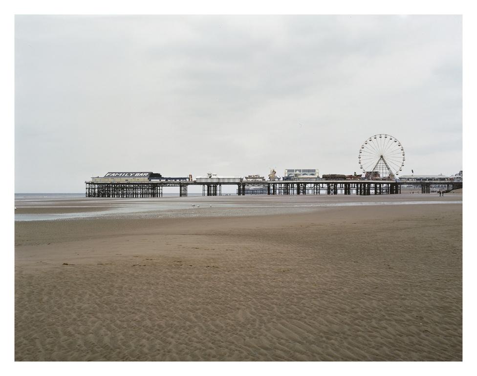 Central Pier, Blackpool.                         A valahai fényes tengerparti üdülőhely a megújulásért és a látogatókért küszködik.                          Az 1800-as évek közepén, a vasút kiépítésének köszönhetően vált kedvelt pihenő- és szórakozóhellyé. Száz év alatt 2500-ról 147.000-re nőtt a lakosok száma.                         A 90-es évek végétől indult hanyatlásnak, mivel megnőtt az olcsó repülőjáratok száma, így erőteljesen csökkent a helyi turizmus.