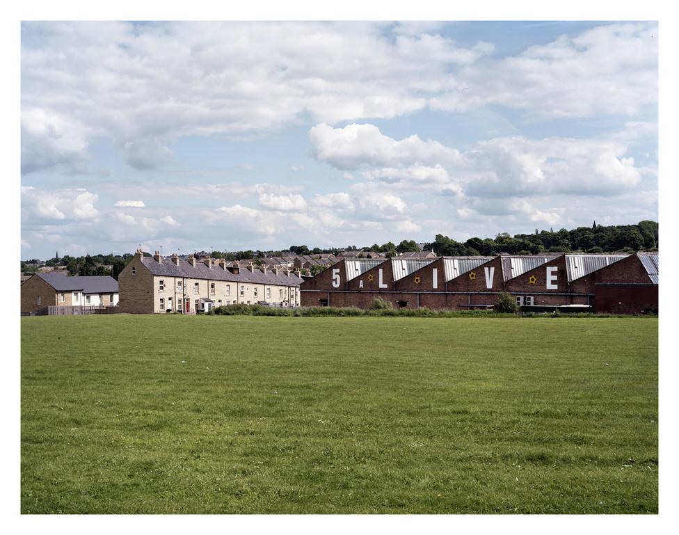 Bradford külvárosa, Anglia.                          Tipikus munkásosztálybeli sorházak, sárga és vöröstégla épületek.