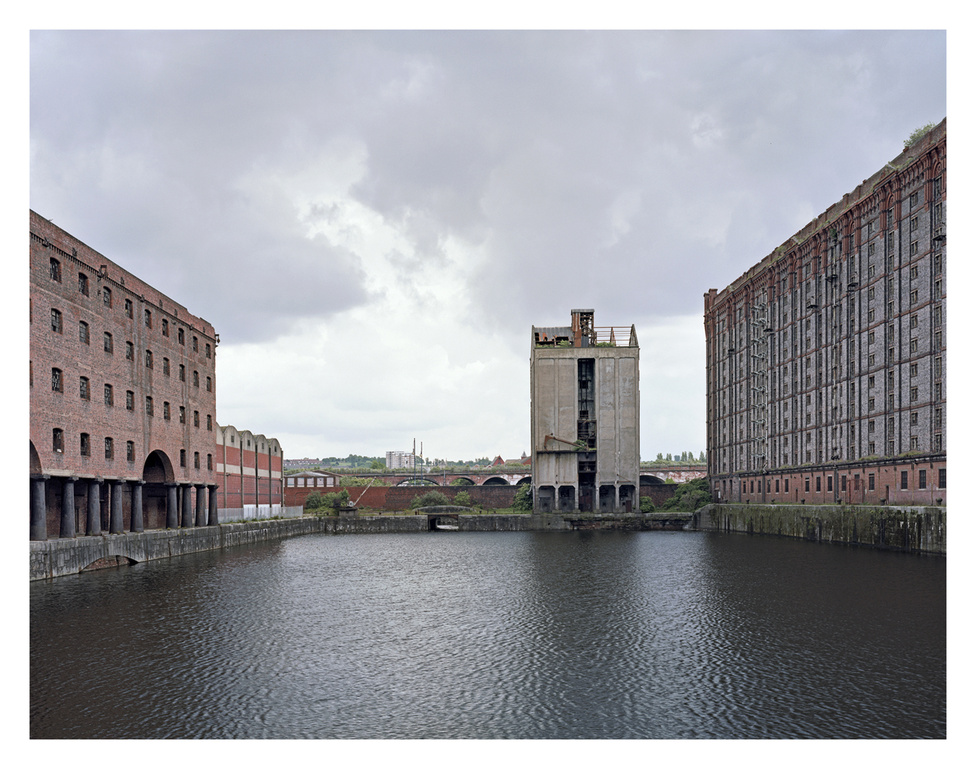 Stanley Dock, Regent Rd, Liverpool, Anglia.                         1901-ben épült dohányraktár, a világ legnagyobb téglaépülete.                          1980 óta elhagyatott.                         A Leeds-Liverpool kanális elején található.                         A kanálist 1770-ben kezdték építeni,                          1801-ben fejezték be. Liverpool-t Leeds-zel köti össze és 204 km hosszú.                         A vízi közlekedés kiépítése tette lehetővé az ipari forradalom terjedését (ez megelőzte a vasutat).