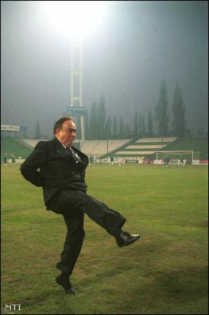 1998. november 25-én Torgyán József végezte el a kezdőrúgást az FTC stadionjában