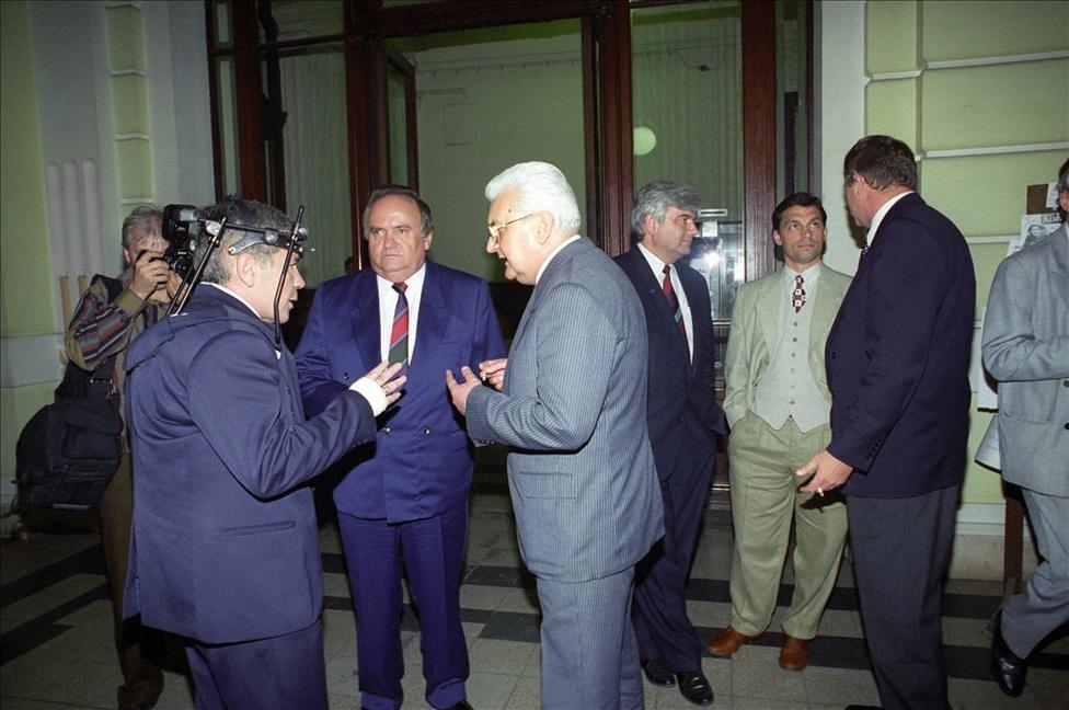 Az 1991 óta ellenzéki FKGP elnöke az új miniszterelnökkel, a nemrég autóbalesetet szenvedett Horn Gyulával és az előző kormányfővel, az MDF-es Boross Péterrel beszélget a parlamentben az országgyűlés alakuló ülésének szünetében 1994. augusztus 28-án. Torgyán ezúttal az egész ciklust ellenzékben töltötte.