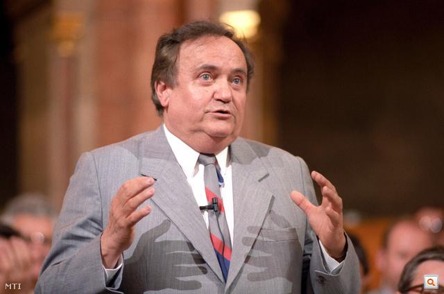 1990. május 15. Torgyán József frakcióvezető felszólal a Parlamentben.