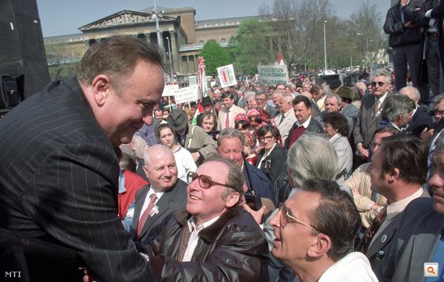 1992. április 25. Szimpatizánsaival a párt demonstrációján a Hősök terén