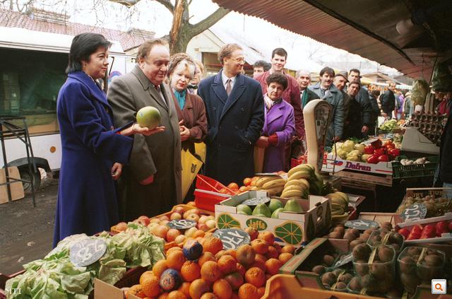 1994. Torgyán József és Dr.Ványai Éva volt alpolgármester a szegedi piacon találkoztak a választópolgárokkal. Nagykép Torgyán Józsefről