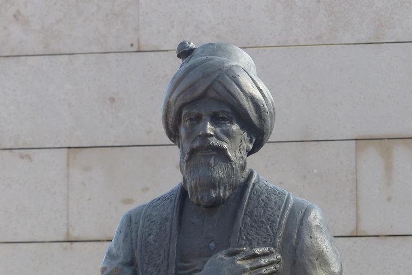 Gül Baba szobra.