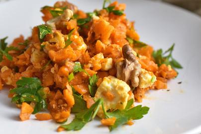 Langyos, vitamindús répasaláta: fetával, fűszerekkel, dióval
