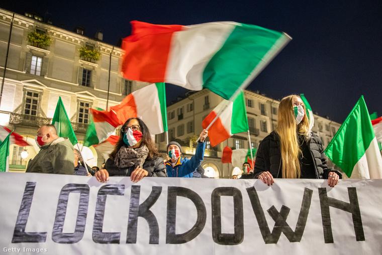 Ez a kép és a fenti borítókép a múlt hétvégén készült Torinóban, ahol folyamatosak a tiltakozások a szigorítások bevezetése óta.