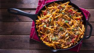 Fűszeres-kolbászos tészta – jó sok friss zöldséggel lesz egészségesebb