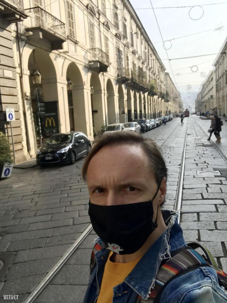 A múlt szombaton dél körül szelfiztem Torinó egyik legforgalmasabb belvárosi útján, ez a via Po. Nap közben is, szabadtéren is folyamatosan kötelező már a maszk.