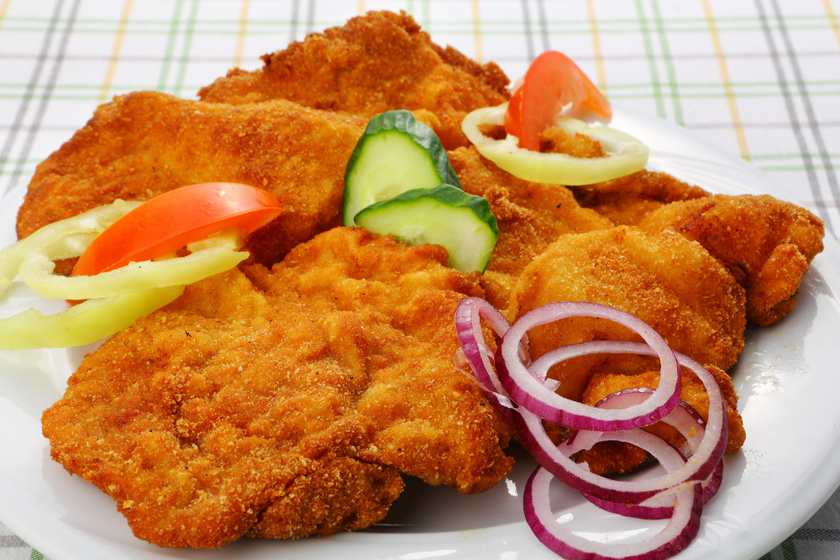 Tejfölben pácolt, fokhagymás csirkemell ropogós bundában sütve: az egyik legjobb variáció rántott húsra