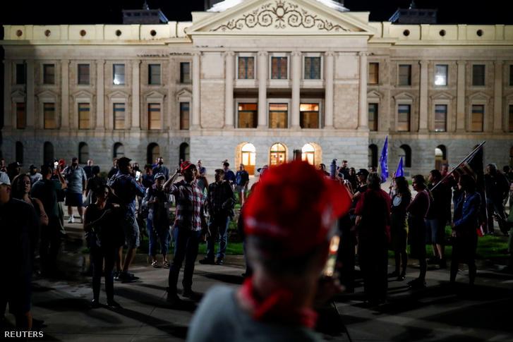 Donald Trumpot támogató tüntetők a választási eredmények miatt a Arizonában 2020. november 4-én