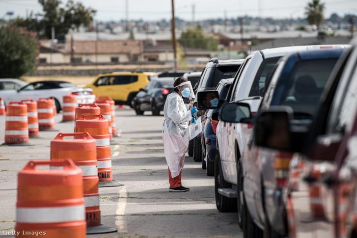 Koronavírus-tesztelő állomáson állnak az autók sorban El Pasóban, Texasban 2020. október 31-én