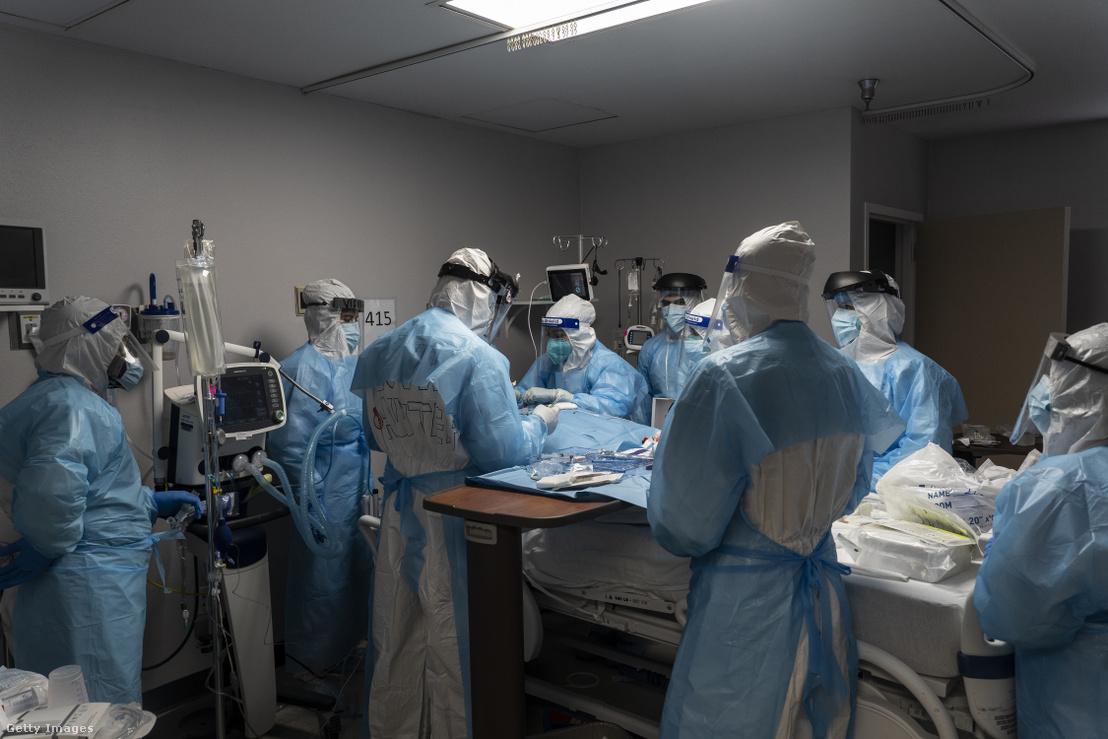 Egészségügyi dolgozók koronavírusos beteget kezelnek a houstoni United Memorial egészségügyi központban 2020. október 31-én