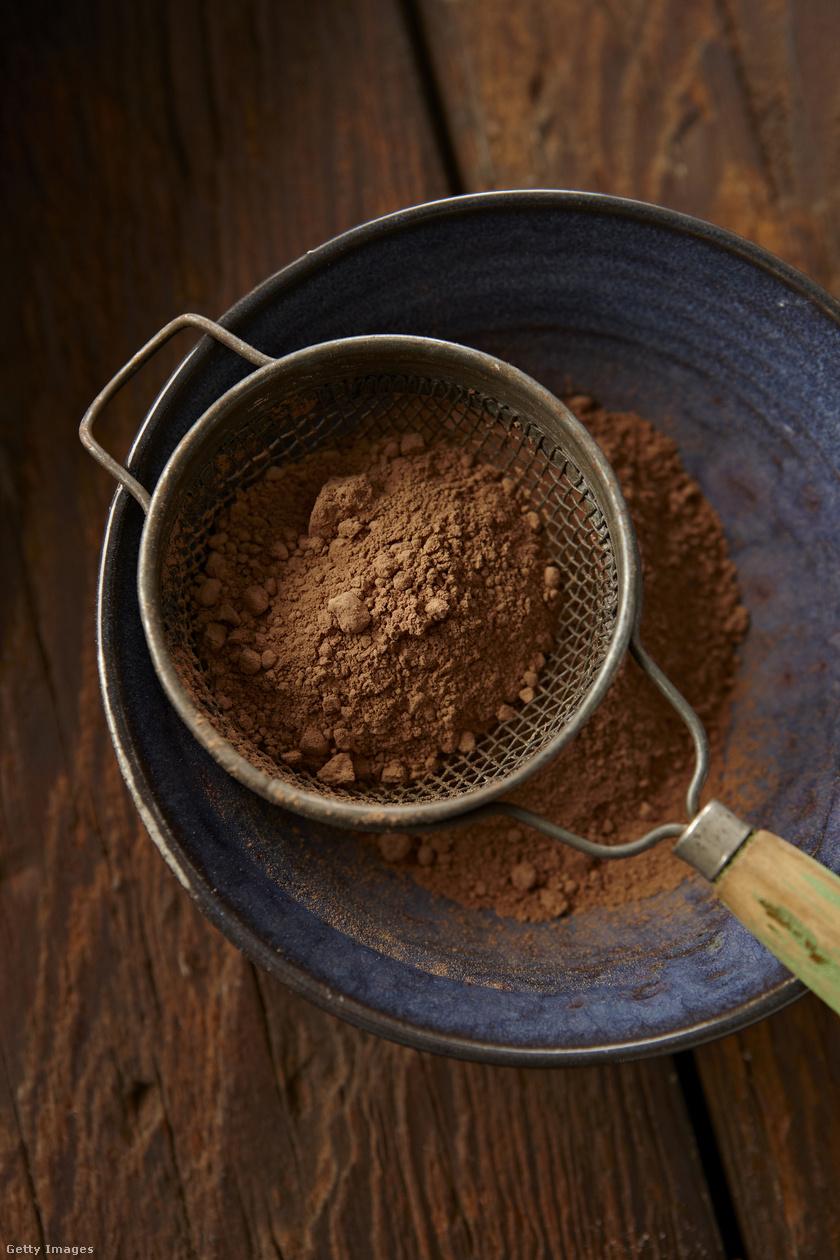 Bármilyen meglepő, a kakaó is tartalmaz krómot, egy evőkanál kakaóporban 12 mikrogramm található, ami nemcsak a fejlődő szervezetnek szükséges, hanem fogyókúrázók számára is kiváló, hiszen serkenti az anyagcsere-működést. Érdemes edzés előtt egy evőkanállal belemerni a fehérjeshake-be a hatékonyság növelésének érdekében.