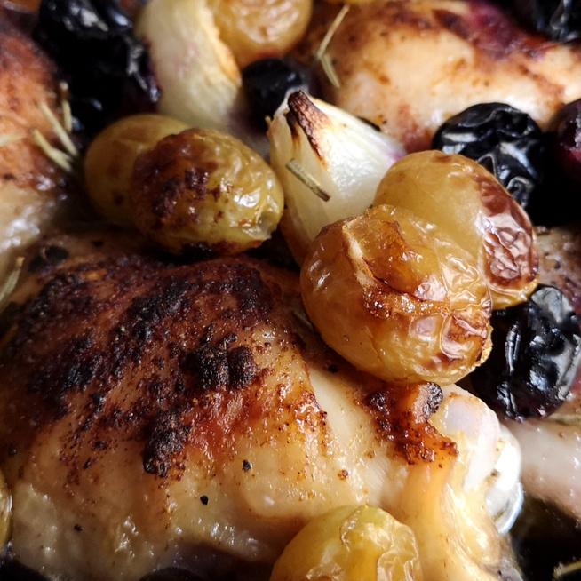 Szaftos csirkecombok szőlővel és fokhagymával sütve – Igazi őszi fogás