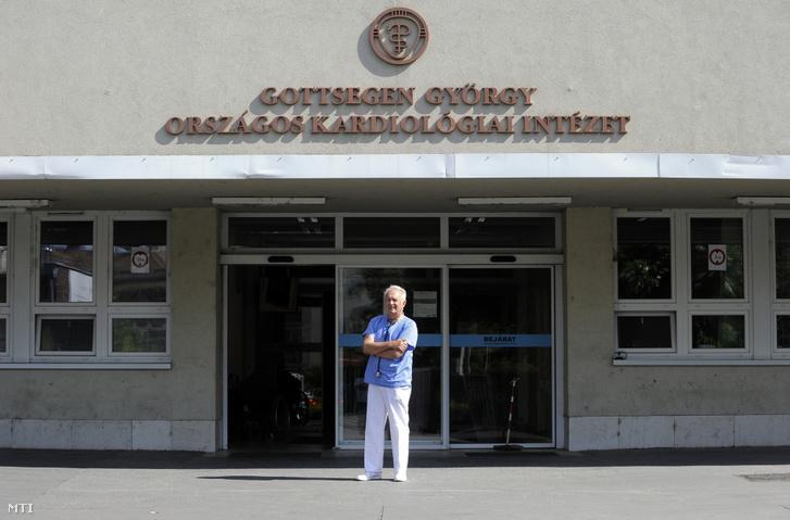 A Széchenyi-díjjal idén kitüntetett Borbola József kardiológus, egyetemi magántanár, a Gottsegen György Országos Kardiológiai Intézet főorvosa az intézet bejáratánál 2019. július 11-én.