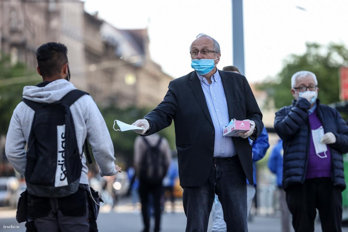 Niedermüller Péter maszkosztás közben Budapesten 2020. április 27-én