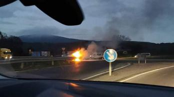 Hatalmas lánggal égett egy autó a solymári körforgalomban