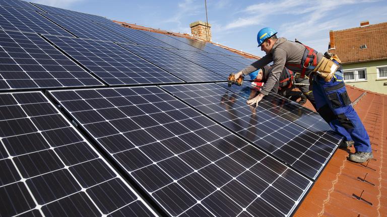 Jövőre minden új ingatlannál kötelező lesz a megújuló energia – de hogyan?