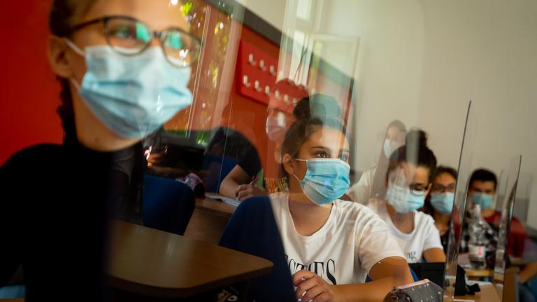 Romániában hétfőtől bezárják az iskolákat