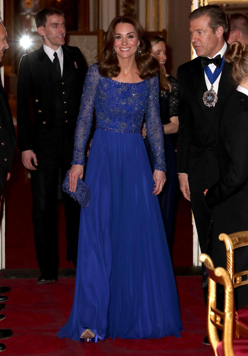 Katalin 2020 márciusában a Buckingham-palota jótékonysági estjén viselte ezt a gyönyörű Jenny Packham-kreációt.