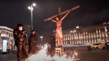 Keresztre feszítettek egy emberi jogi aktivistát Moszkva közepén