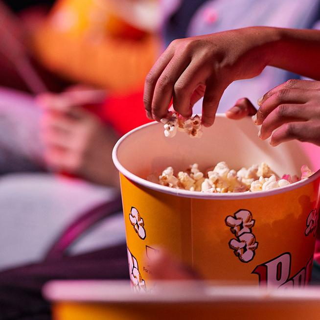 Hogyan vált a popcorn a mozizás részévé? Ezért más az íze a mozis pattogatott kukoricának