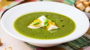 A spenótleves klassz téli fogás, főleg sült fokhagymával és tojással