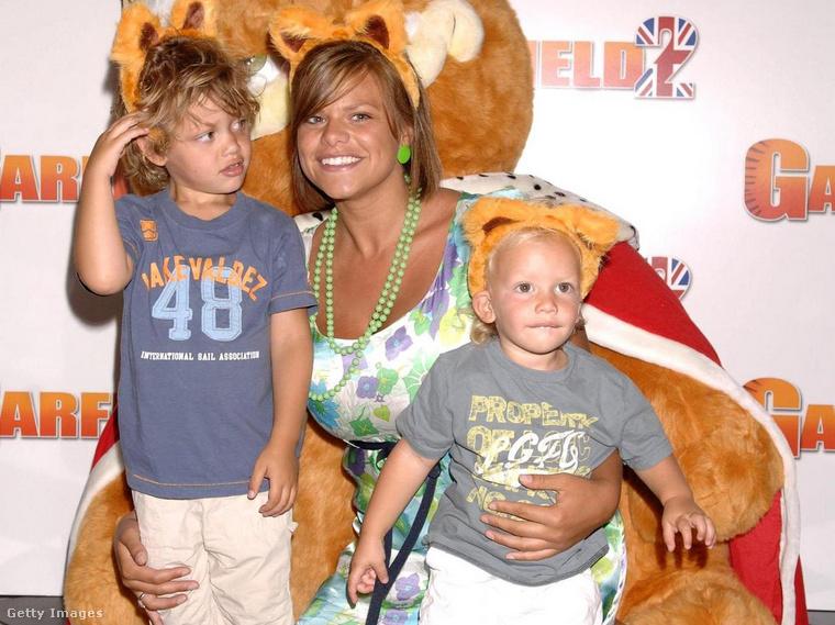 Ezen a 2006-os fotón Jade Goody a két kisfiával látható, Bobby a bal oldalon látható, Freddie a kisebbik a jobbon.
