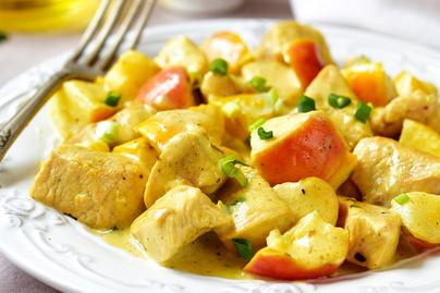 Fűszeres, almás csirkeragu: joghurt lágyítja a curry ízét