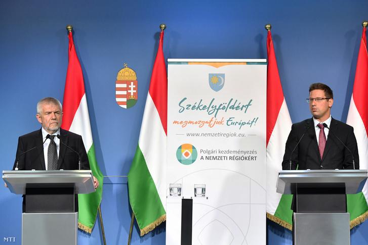 Izsák Balázs, a Székely Nemzeti Tanács (SZNT) elnöke (b) és Gulyás Gergely Miniszterelnökséget vezető miniszter sajtótájékoztatót tart a nemzeti régiókról szóló európai polgári kezdeményezésről Budapesten 2019. július 21-én