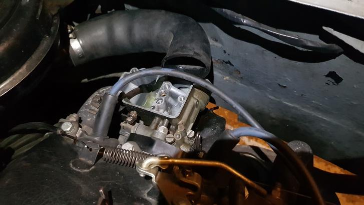 Szétszedve a karburátor, de a helyén. Minden fúvóka kiszerelhető a helyén