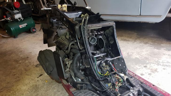 Onnan hiányzik a karburátor, ugye mindenki látja?