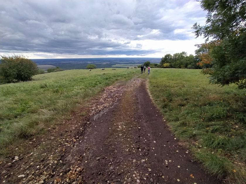 A Somló gyalog több turistaúton is bejárható: a piros jelzésű útvonal Doba felől közelíti meg a várat, a sárga út Somlóvásárhelyről vagy Somlószőlőstől is elkezdhető, míg a Margit-kápolnától a Kitaibel Pál tanösvény vezet végig a hegy erdővel borított vidékén.