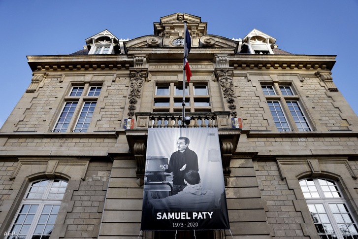Samuel Paty fényképe a Conflans-Sainte-Honorine-i városháza homlokzatán
