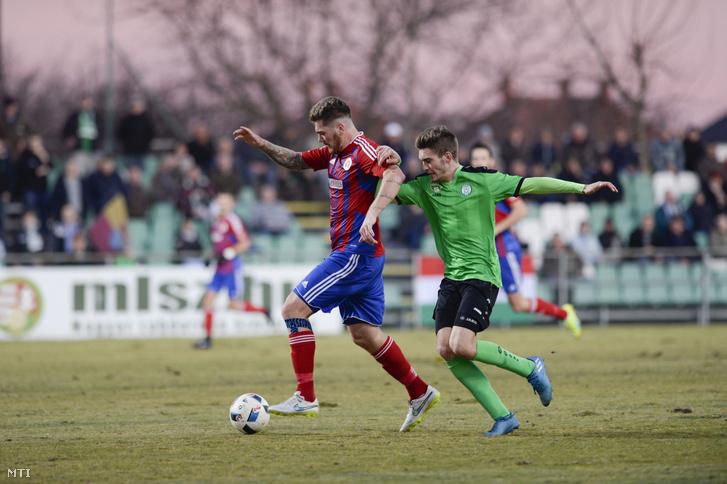A paksi Hahn János Csaba (j) és Ádám Martin, a Vasas játékosa a labdarúgó OTP Bank Liga 19. fordulójában játszott Paksi FC–Vasas-mérkőzésen Pakson 2016. december 10-én.