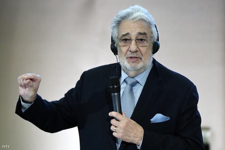 Plácido Domingo spanyol operaénekes és karmester beszél a Virtuózok klasszikus zenei tehetségkutató műsorban és tehetséggondozó programjában résztvevő fiatalok támogatásáról tartott sajtótájékoztatón 2019. május 24-én.