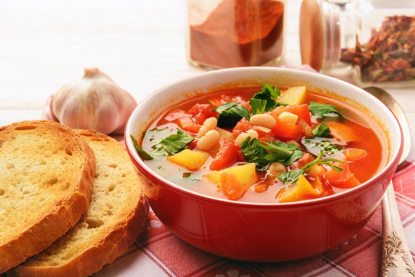 Sűrű házi babgulyás, amiben megáll a kanál: már egy tányértól jóllaksz