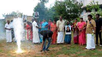 Tűzijátékokkal ünnepelték az új amerikai alelnök győzelmét egy indiai faluban