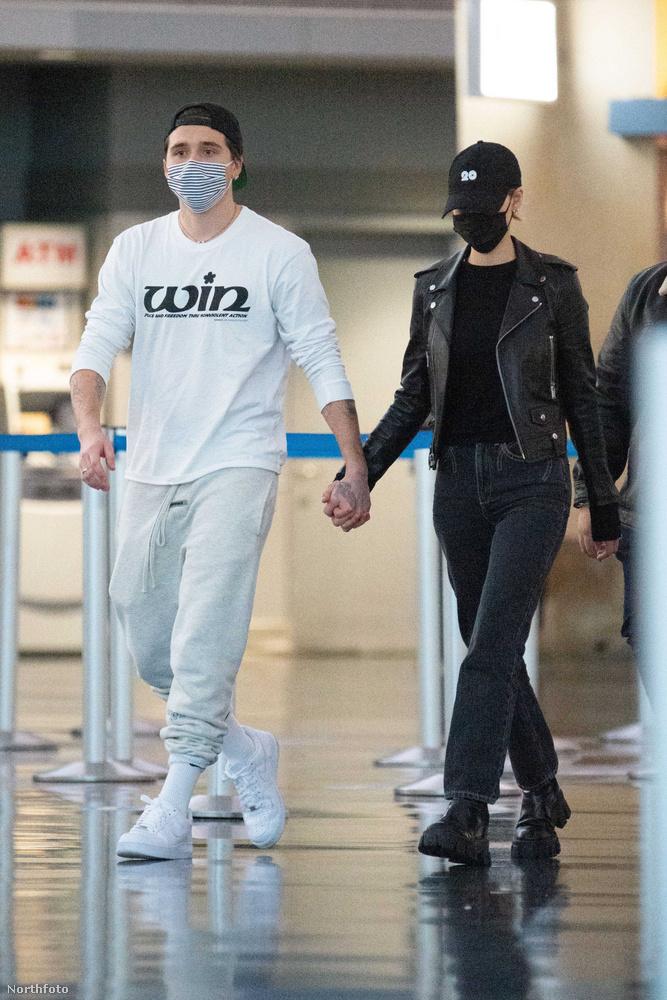 Itt éppen a New York-i JFK repülőtérre érkeznek meg november hetedikén, és amint már ön is nyilván konstatálta, a jelenleg aktuális kettő darab öltözködési trendet úgy osztották fel egymás között, hogy Brooklyn Beckham van fehérben és Nicola Peltz van feketében.