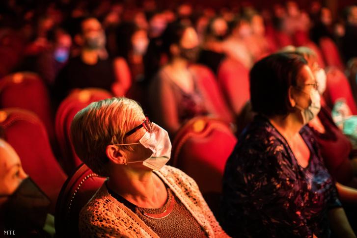Nézők a Köszönjük! című előadáson az Újszínházban 2020. október 27-én. A társulat a gálaműsorral köszönte meg mindazok helytállását, akik a koronavírus-járvány idején erőn felül dolgoznak