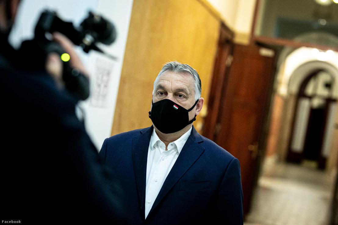 Orbán Viktor maszkban november 4-én