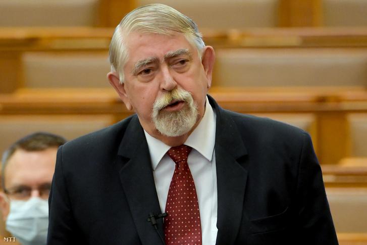 Kásler Miklós, az emberi erőforrások minisztere azonnali kérdésre válaszol az Országgyűlés plenáris ülésén 2020. november 9-én