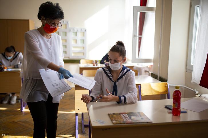 Írásbeli vizsga is maszkban történt a koronavírus-járvány első hullámában 2020. május 6-án