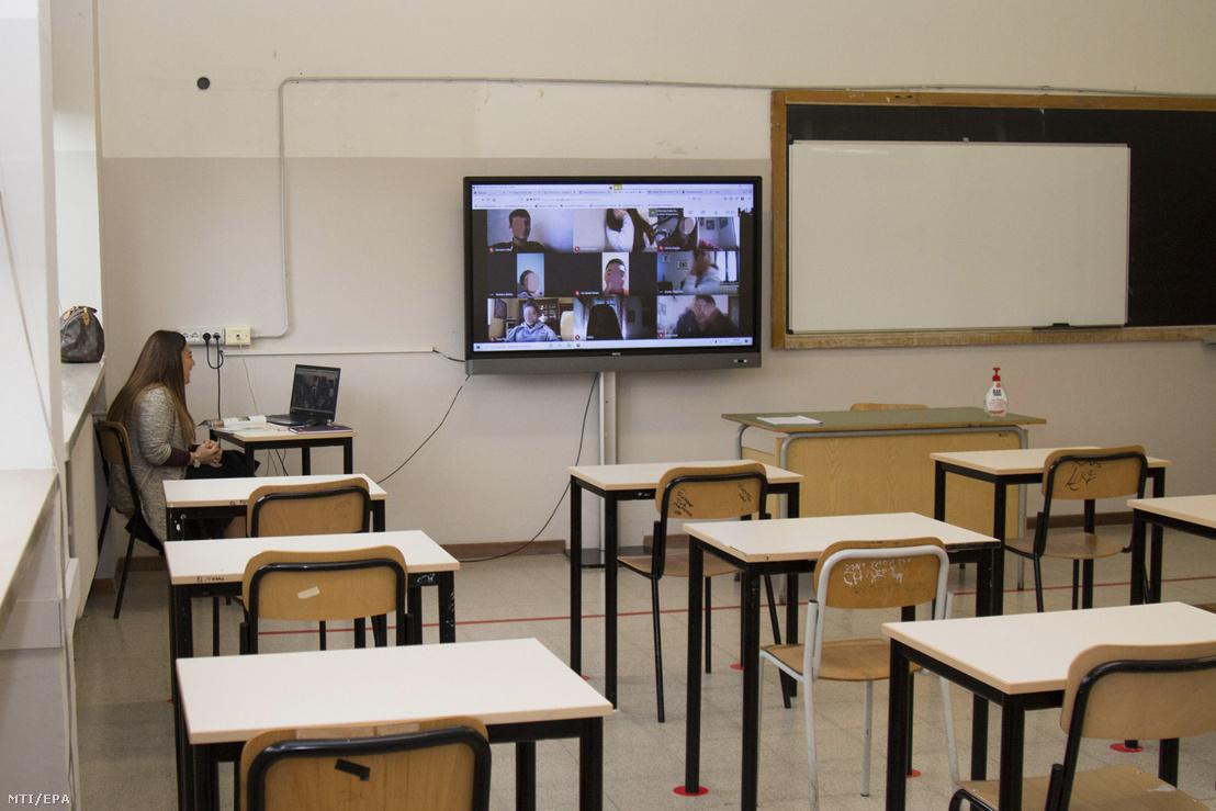 Ebben az olasz középiskolában így megy a távoktatás. Internetes órát tart egy bresciai középiskola üres osztályterméből egy tanár 2020. október 26-án
