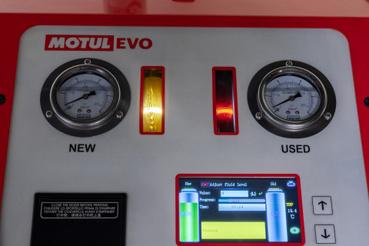A gép kezelőpultja mutatja a nyomásokat, az új olaj pontosan olyan nyomáson kerül a váltóba, amennyivel a szivattyú a régit szállítja