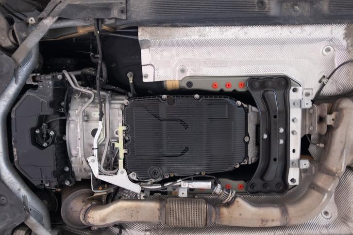 A váltó alulnézetben. Esetünkben (Mercedes 9G-tronic) a műanyag karter tartalmazza a szűrőt